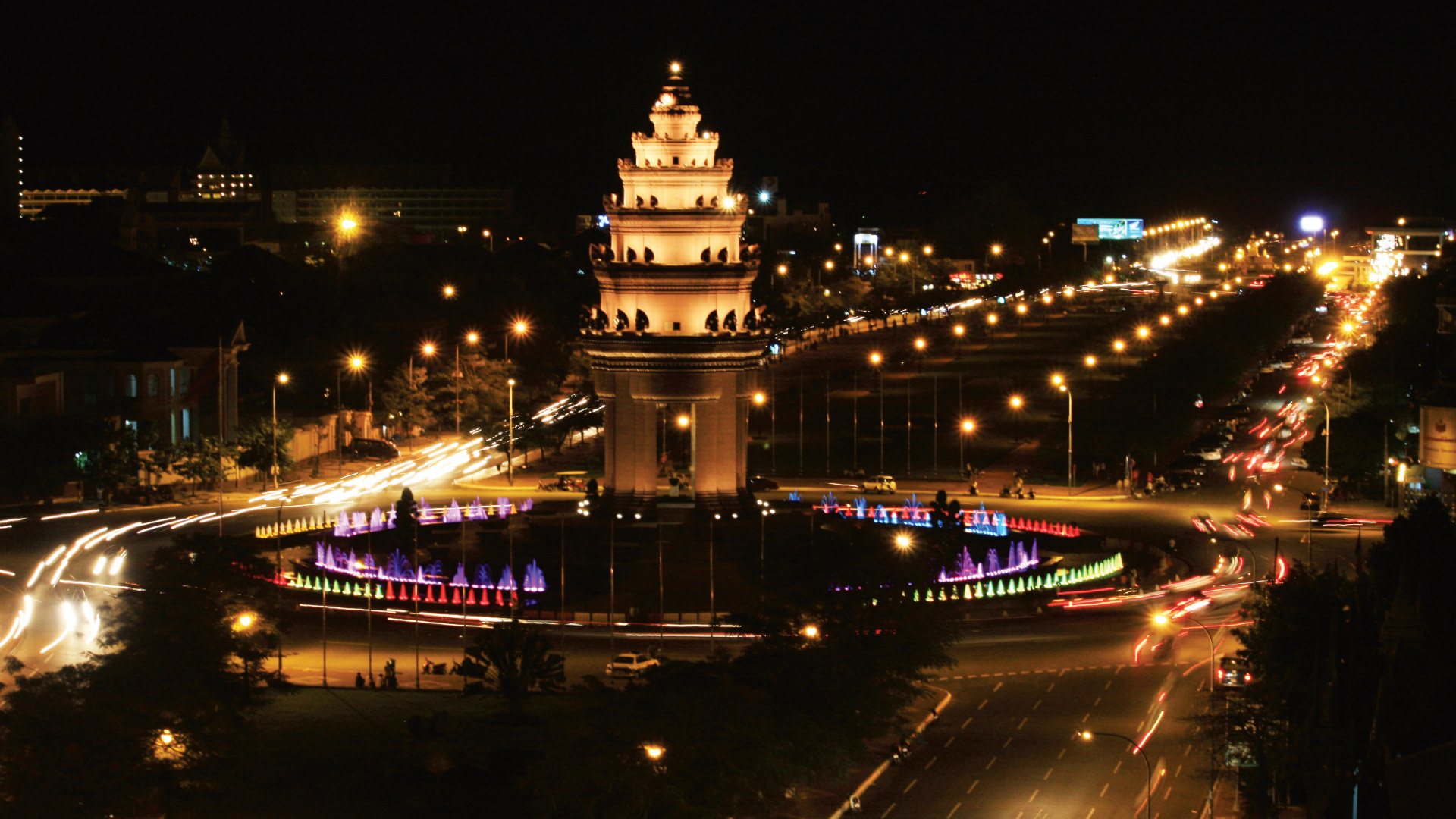 Visit monuments in Phnom Penh