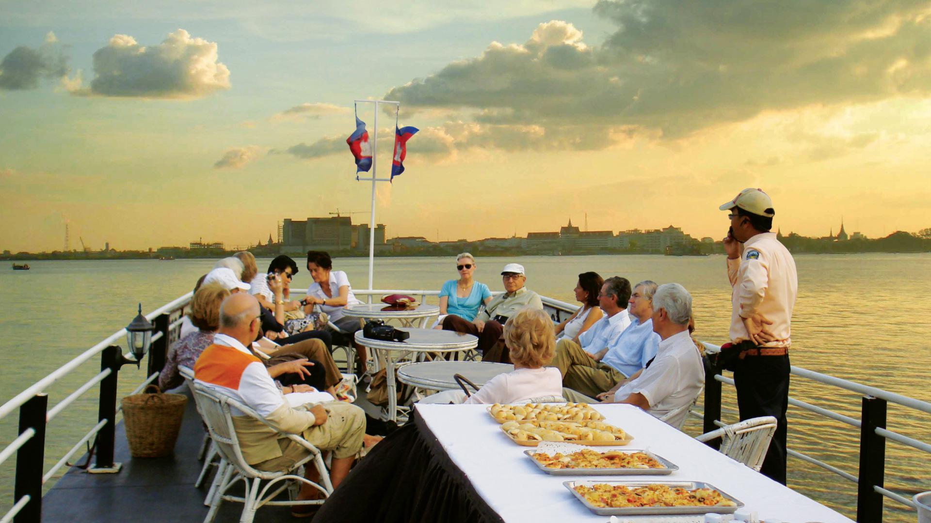 Take boat rides on the Tonlé Sap